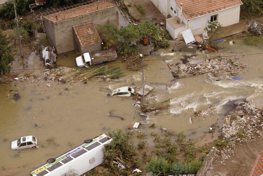 Véhicules emportés par des torrents de boue le 3 octobre 1988 à Nîmes