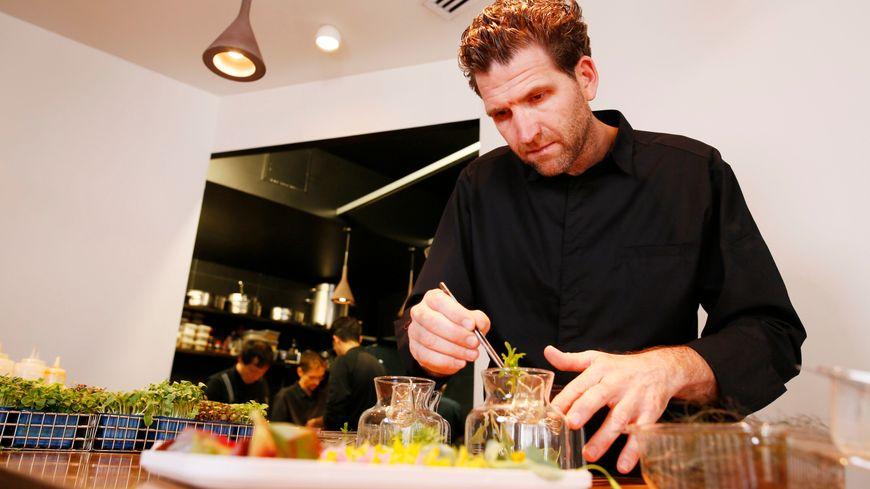 Alexandre Mazzia cuisine à Marseille avec plus de 400 épices