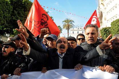 Janvier 2018, des travailleurs tunisiens crient des slogans contre le gouvernement devant le siège de l'Union générale tunisienne du travail (UGTT) à Tunis .