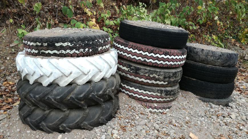 Cet amoncellement de pneus fait partie des nombreux dépôts sauvages qui apparaissent dans le pays de Lure.