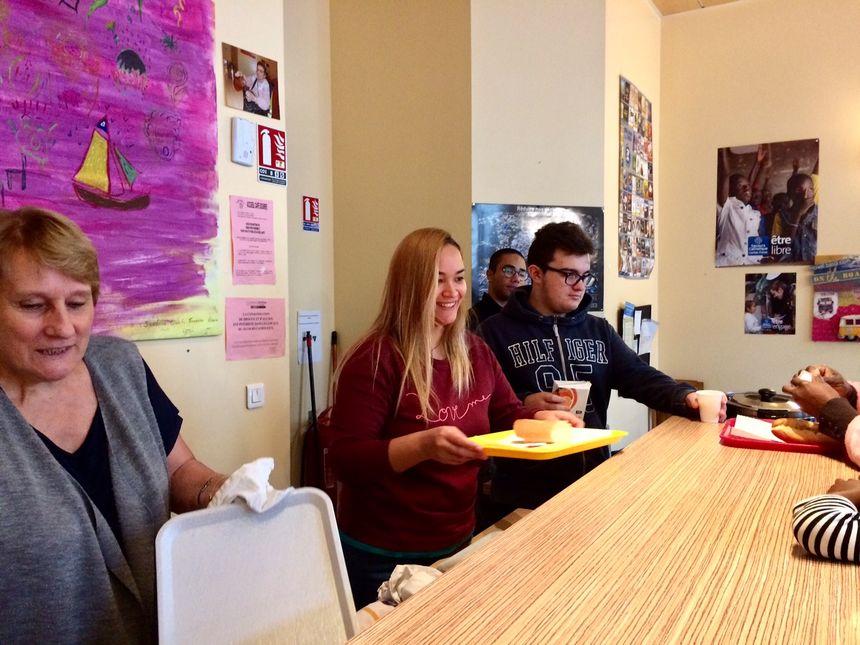 Les bénévoles servent un petit déjeuner avec boisson chaude, meilleure solution pour se réchauffer après une nuit dehors