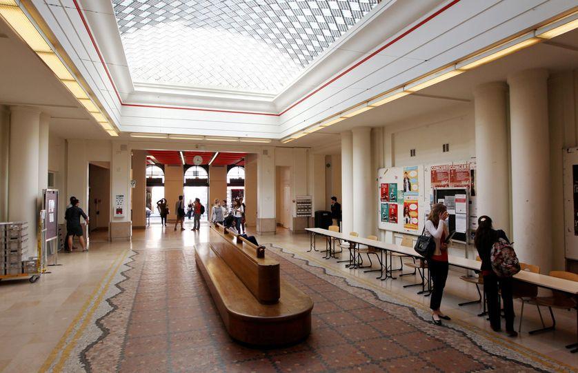 """la célèbre """"péniche"""" dans le hall de Sciences-Po Paris, rue Saint-Guillaume"""