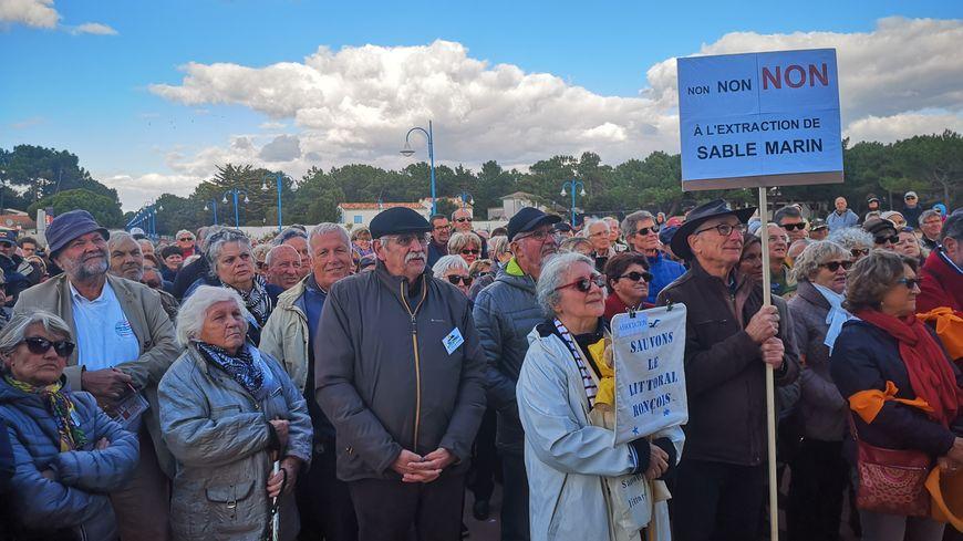 Environ 300 personnes se sont rassemblées au square de l'océan.