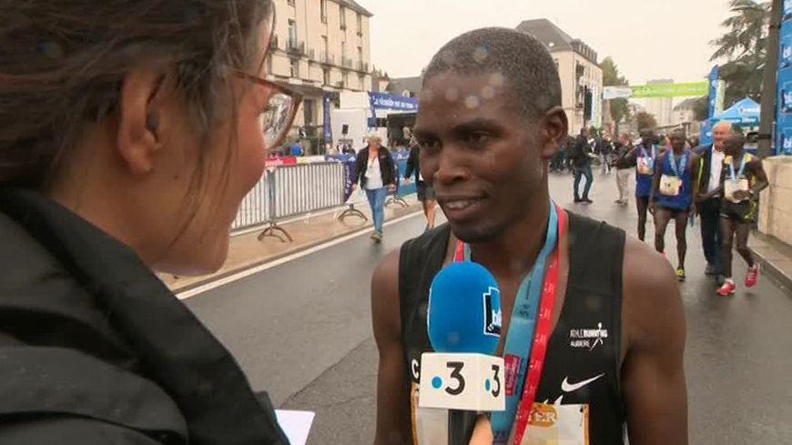 Lazarus Too au micro de France Bleu et France 3 après sa victoire au marathon Touraine Loire Valley