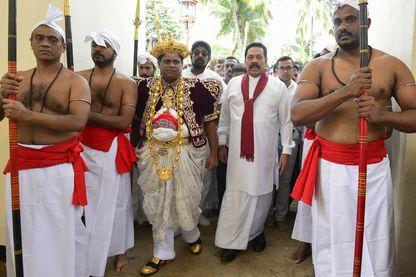 L'ancien président, nommé Premier ministre  Mahinda Rajapakse arrive dans un temple de Kandi, le 28 octobre 2018.