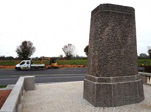 À La Flamengrie, dans l'Aisne, devant le monument qui commémore le premier coup de clairon du cessez-le-feu, le 7 novembre 1918, des ouvriers refont un trottoir