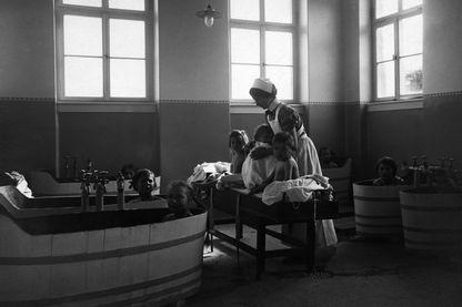 En 1913, l'hygiène était facilitée dans les établissements publics : les hôpitaux, les pensionnats, les casernes, les prisons...