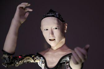 """Le nouveau robot humanoïde """"Alter, développé par Hiroshi Ishiguro, professeur à l'Université d'Osaka, et Takashi Ikegami professeur à l'Université de Tokyo (2016, Japon)."""