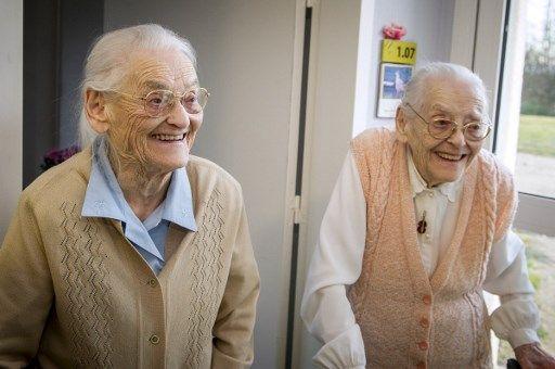 Les jumelles Simone Thiot et Paulette Olivier, âgées de 104 ans, en 2016.