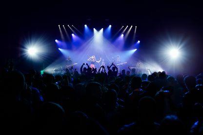 Musiciens et musiciennes en concert.