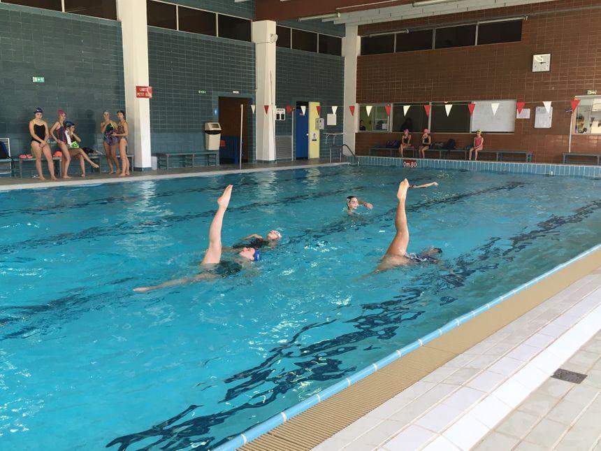 la natation synchronisée exige souplesse, musculation et force: des qualités que l'on retrouve tant chez les femmes ... que chez les hommes.