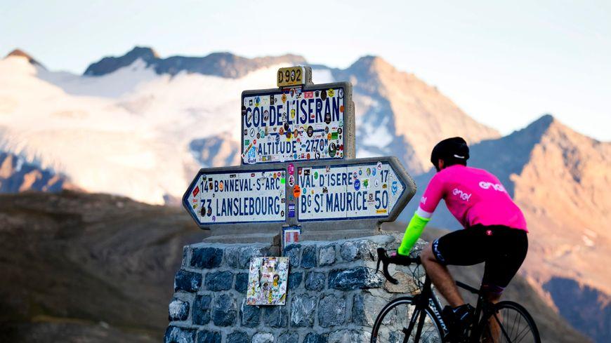 Le col de l'Iseran, plus haut col routier d'Europe, culmine à 2764 mètres d'altitude