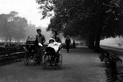 Deux nourrices, promenant les enfants dont elles ont la chargé, en 1913.
