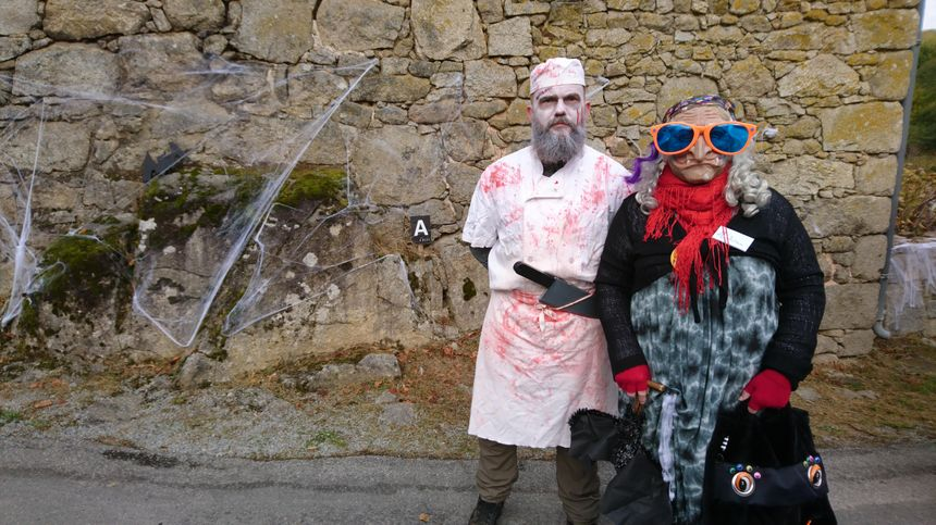 """Les sorcières sont partout dans le village ! Elles s'amusent à faire frissonner les visiteurs. Il y a aussi ce charmant boucher, qui répond au doux nom ... du """"Boucher""""."""
