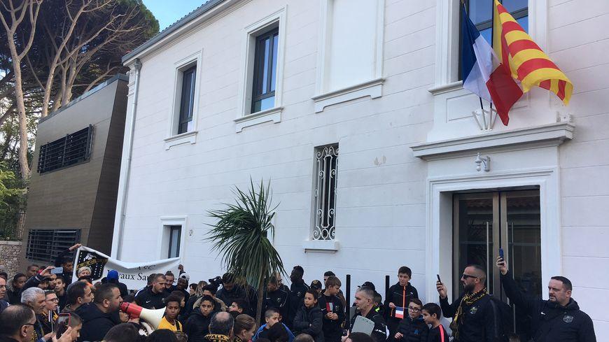 Les dirigeants, joueurs et bénévoles de l'ASC Vivaux-Sauvagère reprochent à la mairie de secteur (9e et 10e arrondissement de Marseille) de lui retirer 4 créneaux d'entraînement