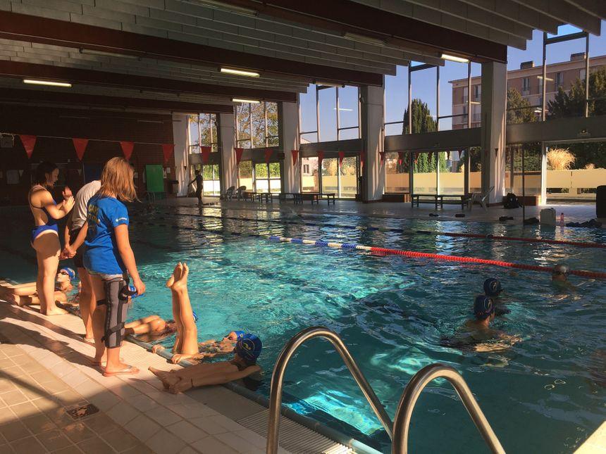 La natation synchronisée demande force et souplesse. Chaque semaine les nageuses s'entraînent 2 heures en dehors de l'eau en faisant de la gymnastique et de la musculation.