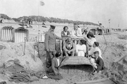 Une famille bourgeoise en vacances à la place (1913 - Photographe Ludwig Boe)