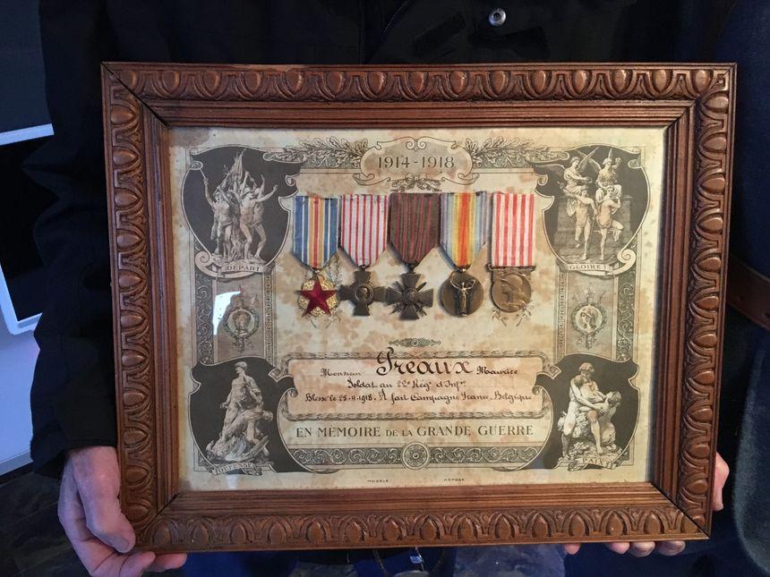 Michel a amené les médailles obtenues par son père durant la 1ère Guerre Mondiale