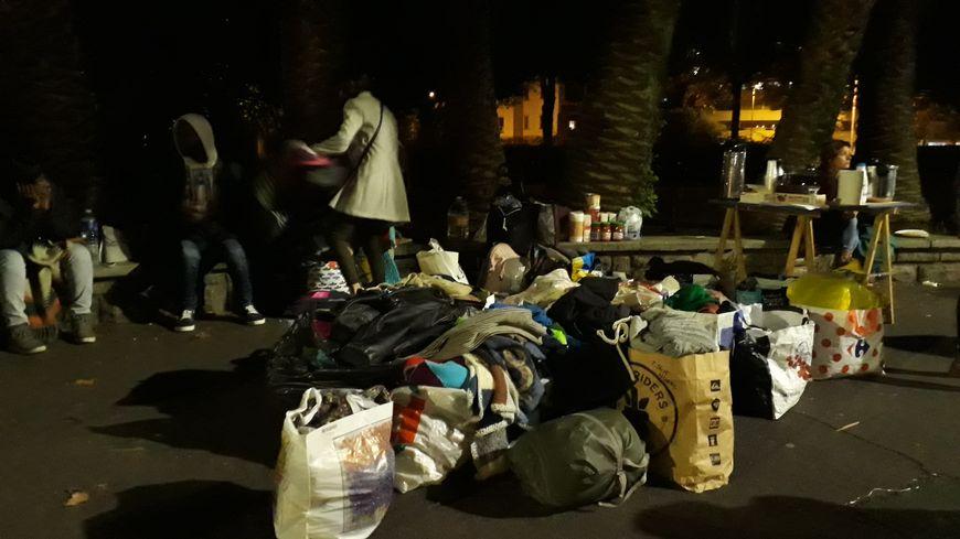 Un appel aux dons a été lancé sur les réseaux sociaux. Lundi 15 octobre, une vingtaine de familles ont porté spontanément des sacs de vêtements, pour les distribuer aux migrants.