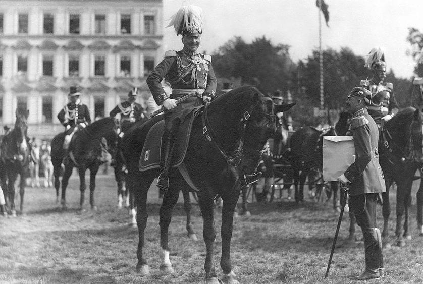 Guillaume II, empereur d'Allemagne et roi de Prusse, lors d'une parade militaire sur le champ de manœuvres de Tempelhof, Berlin, 1913.