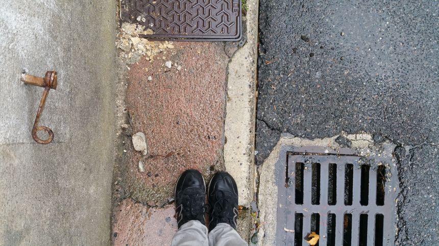 Certains trottoirs mesurent à peine la largeur de deux pieds.