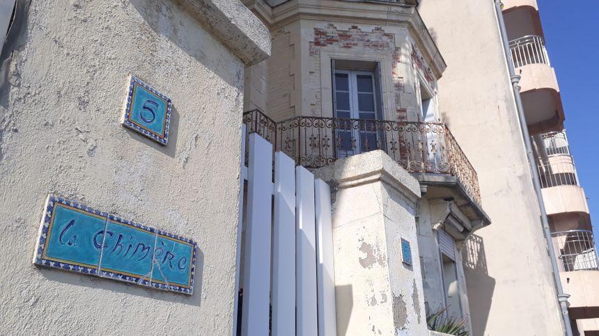 La villa est située au début du remblai, entre le chenal et le palais des congrès des Atlantes