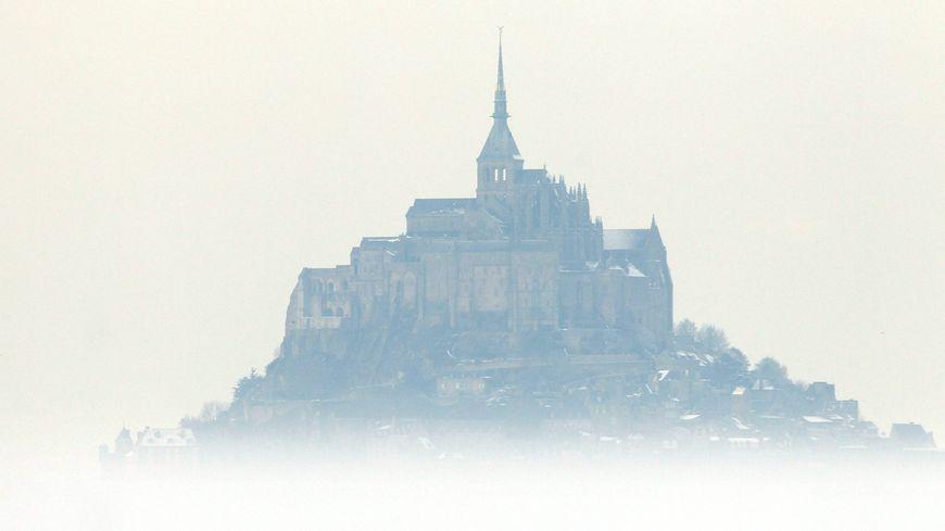 Le Mont-Saint-Michel sous la neige en 2010.
