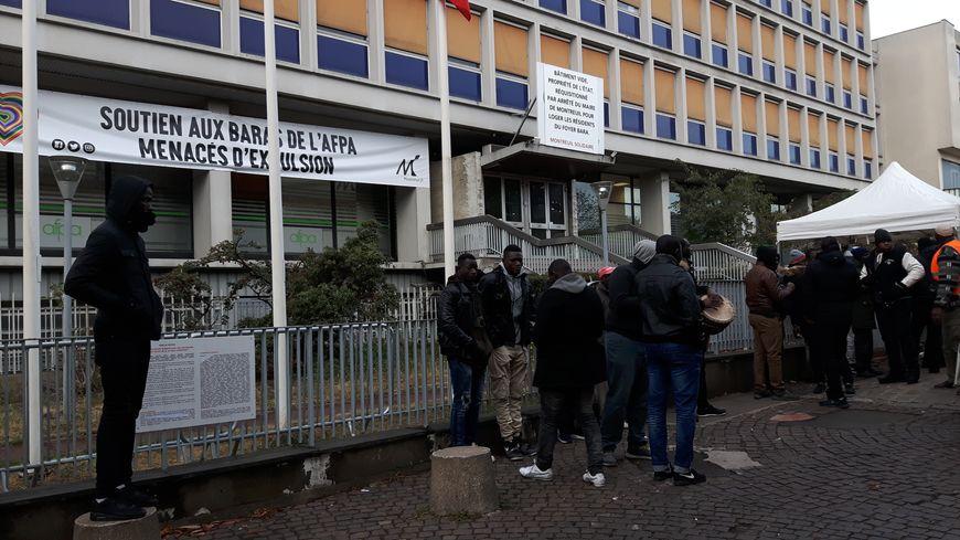 Devant les locaux réquisitionnés par le maire de Montreuil occupés par les résidents du foyer Bara