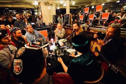 """Enregistrement de l'émission d'Edouard Baer, """"Lumières dans la nuit"""", au café restaurant """"La Serrurerie"""" à Poitiers"""