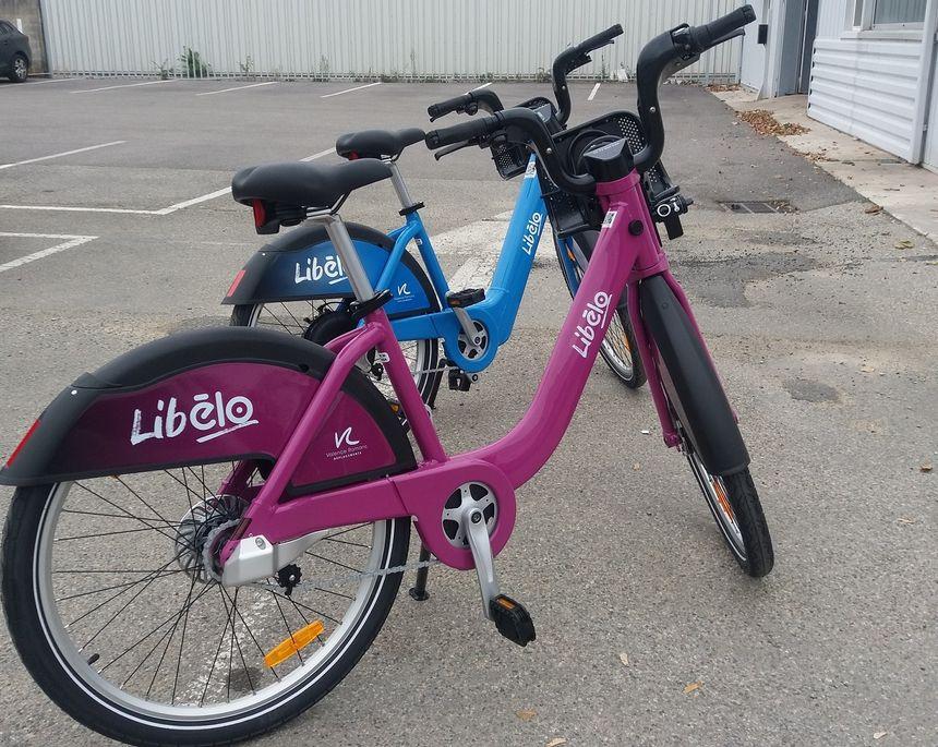 Les nouveaux Libélos, mauve pour les mécaniques, bleu pour les vélos à assistance électrique