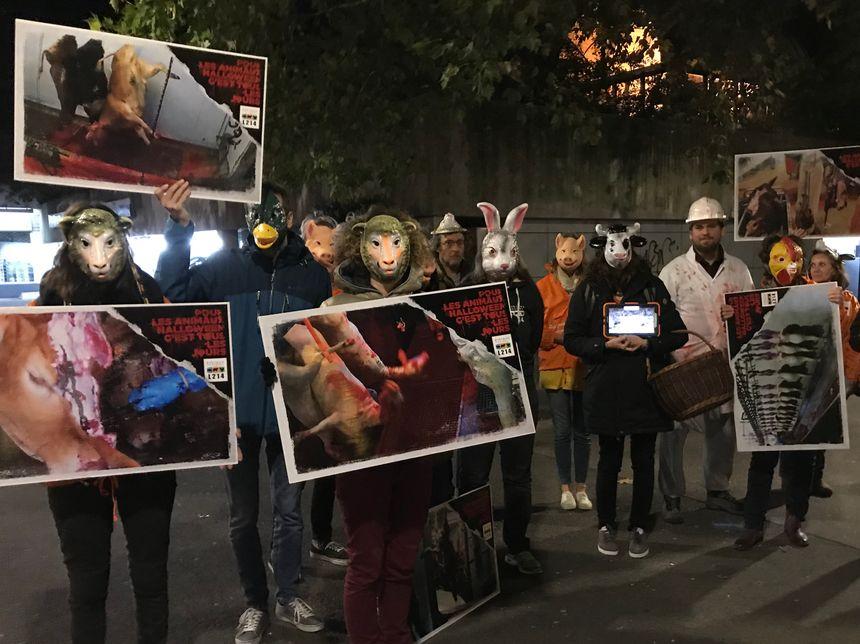 Une vingtaine de militants de L214 ont défilé masqués.