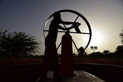 Un jeune garçon pompe de l'eau à une source, à Azel au Niger ( 6 avril 2017 )