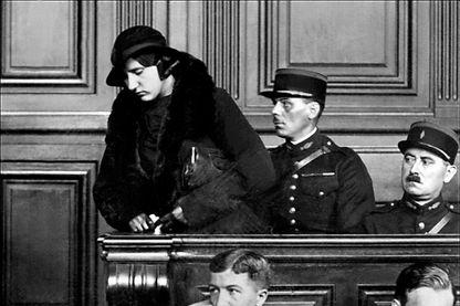 La jeune Violette Nozière dans le box des accusés lors de son procès à Paris en octobre 1934.
