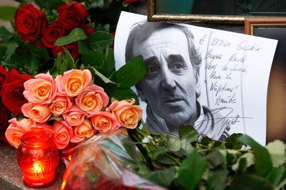 Hommage à Charles Aznavour devant l'ambassade de France le 2 octobre 2018.
