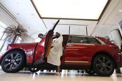 """Un homme étudie le nouveau modèle de Rolls-Royce, le """"Cullinan"""", ici en exposition à Abu Dhabi"""