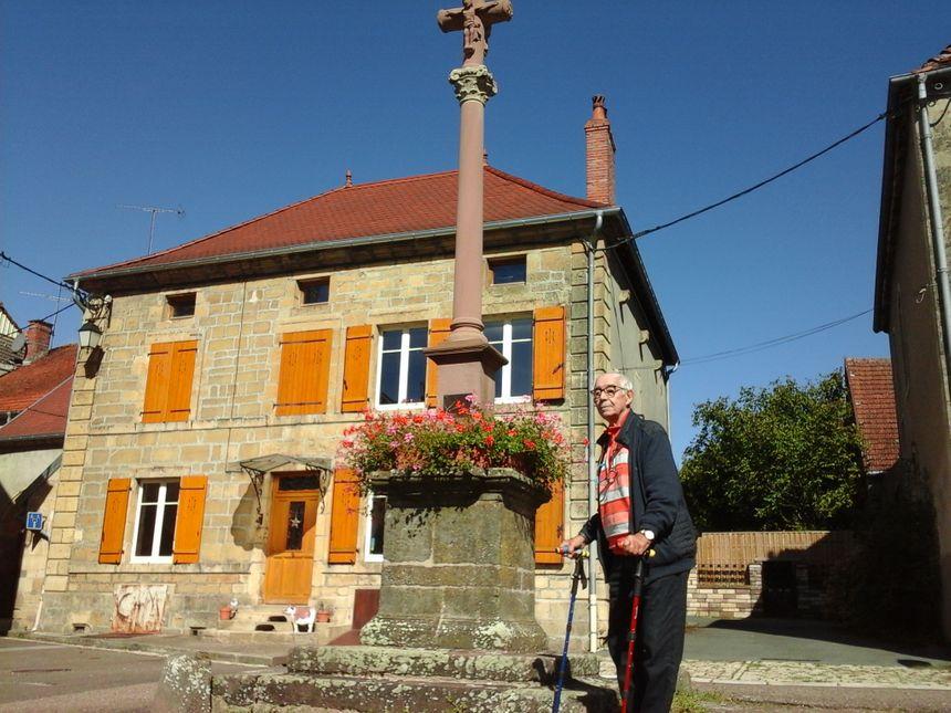 Guy Cogniot devant La Belle Croix, au-dessus de la rue Thiers