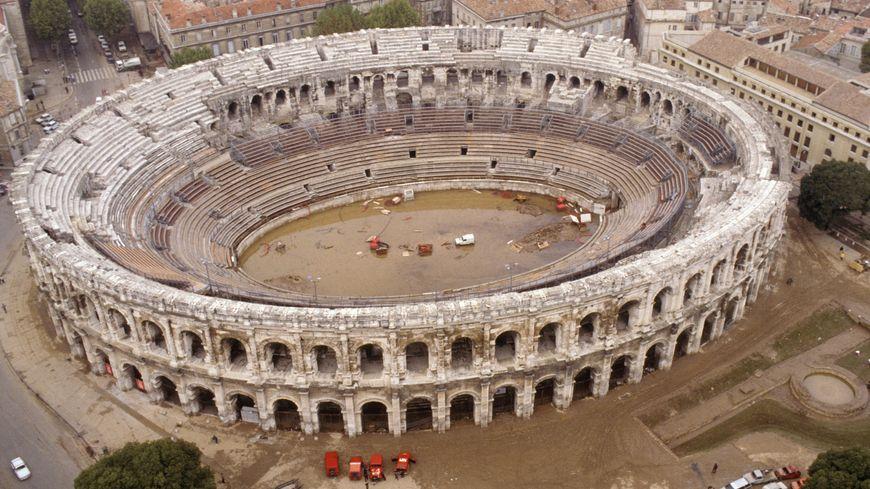 Les arènes de Nîmes transformées en bassin en octobre 1988