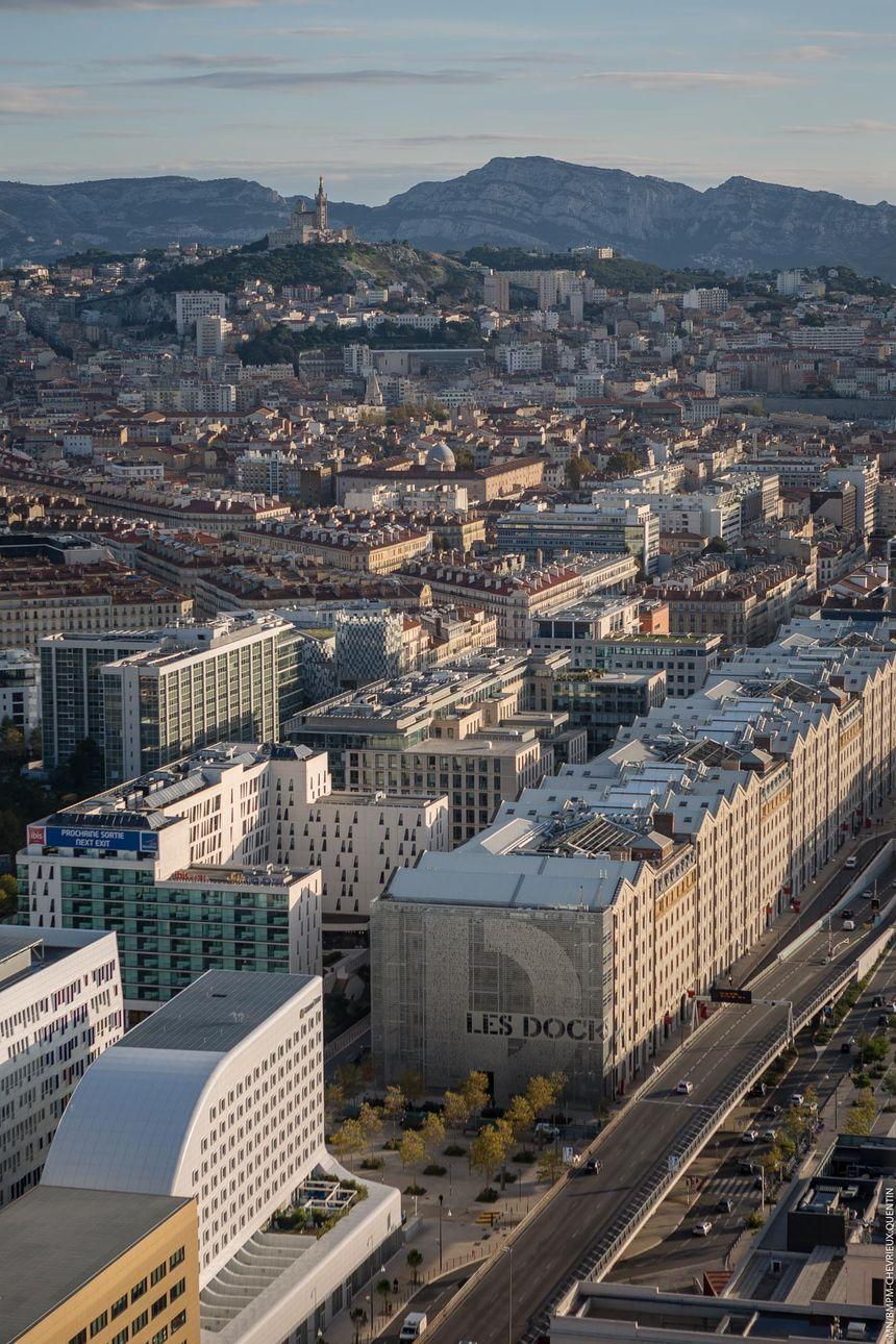 La vue depuis le 31ème étage de la tour La Marseille, là où deux hommes sont restés bloqués dans une nacelle.