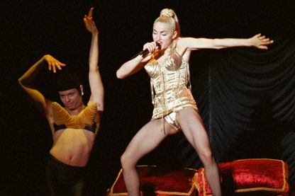 Photo d'archive de la chanteuse américaine Madonna en représentation sur scène lors d'un concert donné à Makuhari, Japon, le 13 avril 1990.