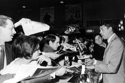 Jacques Brel signant des autographes en Allemagne en 1966