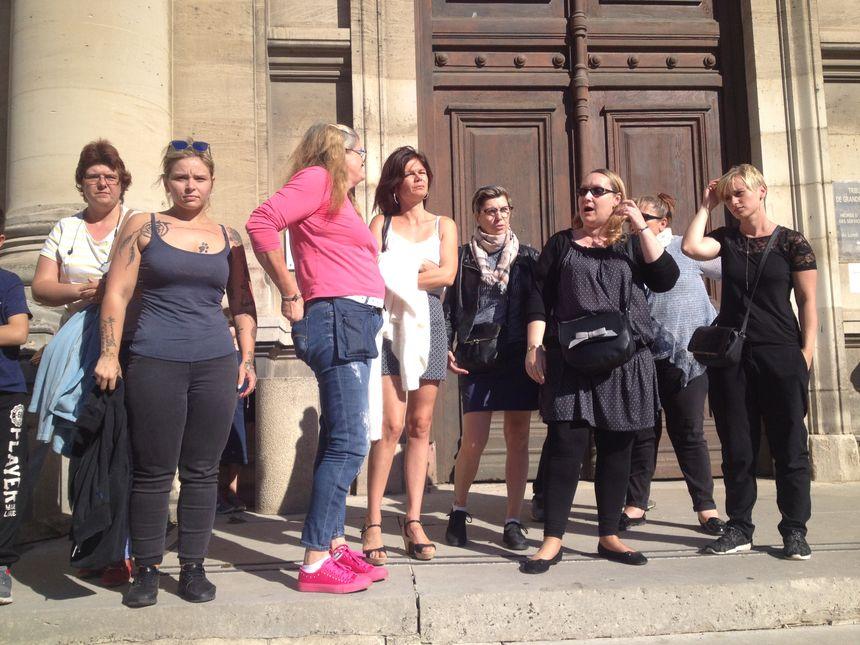 Les femmes étaient une vingtaine hier devant le tribunal. Trop peu, selon certaines.