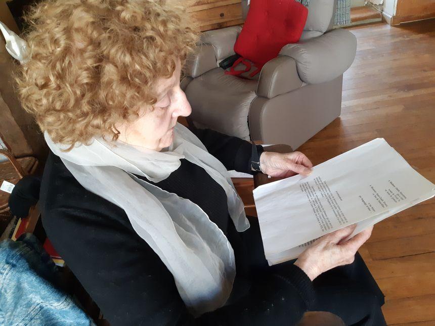 Odette Simonneau dans son salon, chez elle, à Melesse