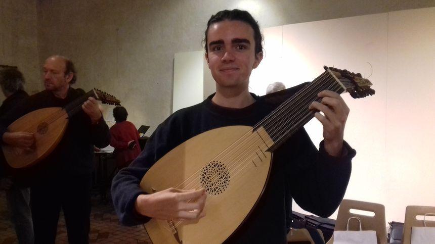 Martin, 17 ans, veut devenir luthiste professionnel et vivre de sa passion.