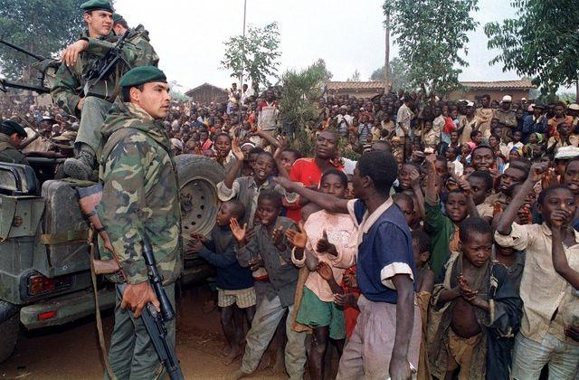 Des réfugiés hutus accueillent les soldats de la marine français arrivant dans un camp à quatre kilomètres de Butare, le 3 juillet 1994, alors que les rebelles rwandais se heurtaient pour la première fois aux forces françaises à la périphérie de la v