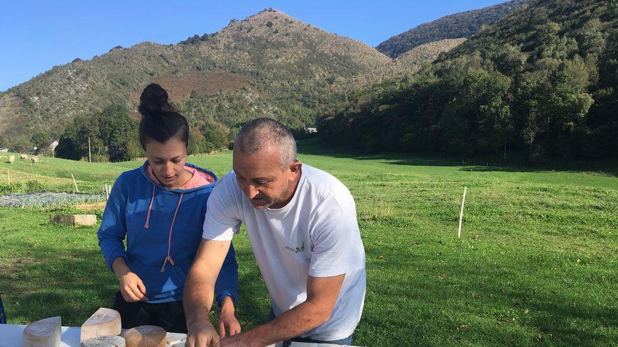 Mélanie et Serge Lousplaàs font de la vente directe dans leur ferme à Asson