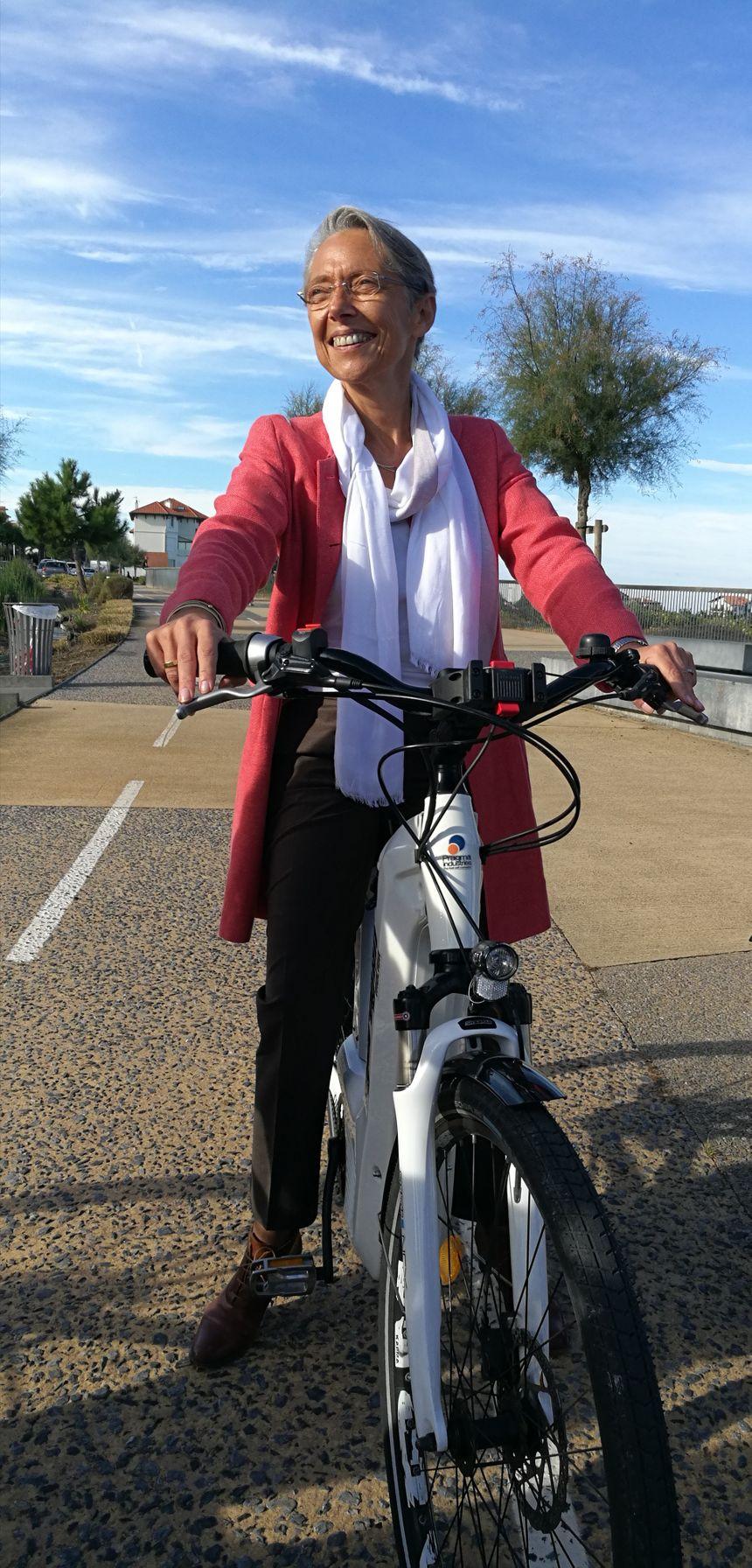 Elisabeth Borne sur un vélo à hydrogène de Pragma Industrie