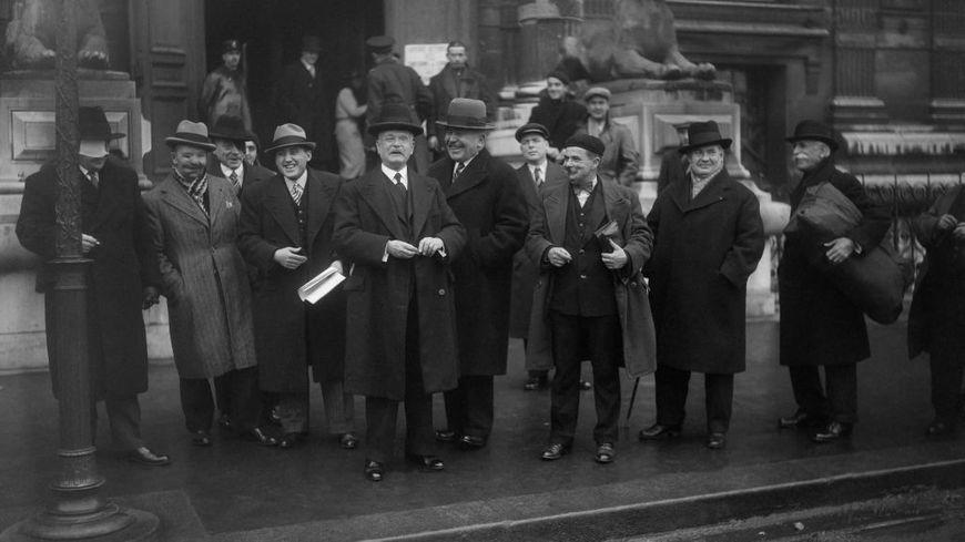 Le colonel Picot, président des 'Gueules cassées' accompagné de ses compagnons d'armes, photographié devant la Loterie Nationale où il est venu retirer les lots gagnés, à Paris,  le 5 décembre 1935.