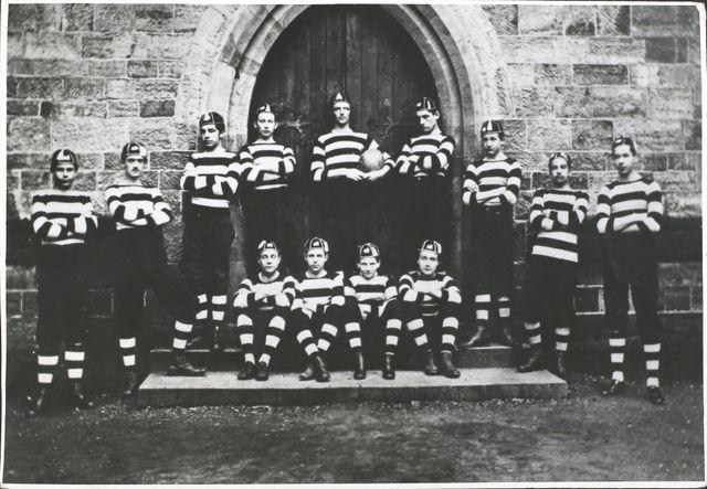 Équipe de rugby de l'école privée pour garçons Tonbridge School, en 1865 (Tonbridge, comté du Kent, Royaume-Uni)