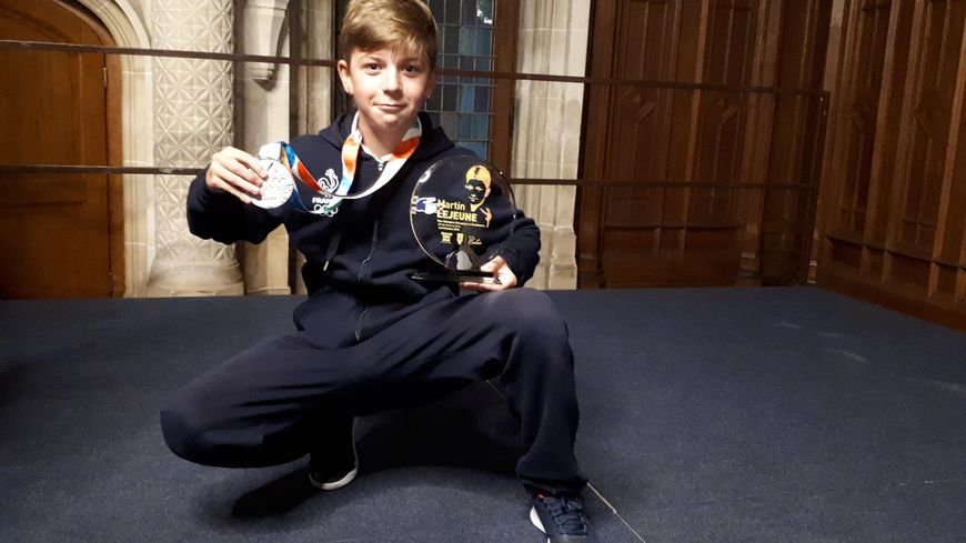 Martin Lejeune savoure sa médaille d'argent aux JO de la Jeunesse, en Breakdance.