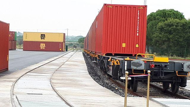 C'est désormais sur un train électrique que sont acheminées les bouteilles destinées au marché nord-américain de l'usine d'embouteillage Perrier au port de Fos-sur-Mer. Un train de 54 conteneurs par jour soit l'équivalent de 30000 camions
